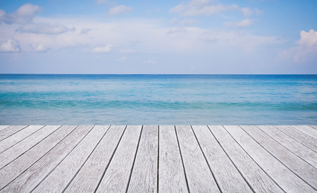Houten vloer met prachtige oceaan en de blauwe hemel