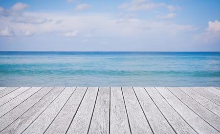 suelos: Suelo de madera con un hermoso mar y el cielo azul