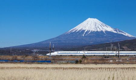 Vista del Monte Fuji y Tokaido Shinkansen, Shizuoka, Japón Foto de archivo - 44618420