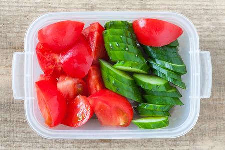 almuerzo: Rebanada de pepino y una rebanada de tomate en fiambrera de pl�stico