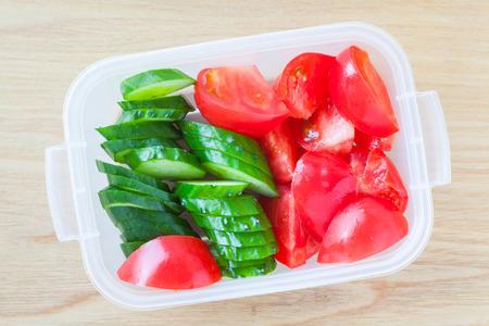 envases plasticos: Rebanada de pepino y una rebanada de tomate en fiambrera de plástico
