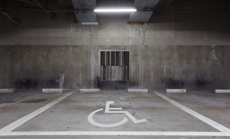 ハンディキャップの駐車場の障害者用スペース