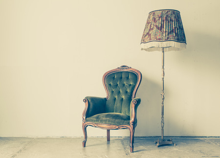 sillon: Silla de la vendimia y antiguo con pared blanca de fondo Foto de archivo