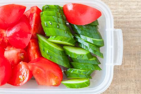 plato de ensalada: Rebanada de pepino y una rebanada de tomate en fiambrera de pl�stico