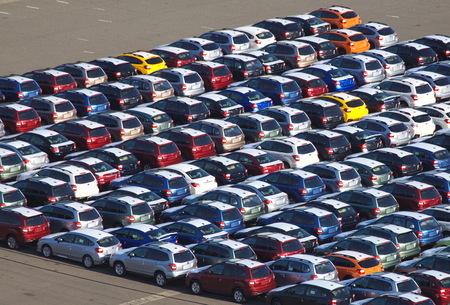 Nieuwe Japanse auto waitng voor invoer bij Kawasaki-zeehaven, Japan