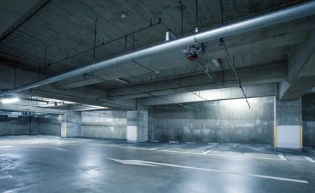 hormig�n: Interior vac�o el espacio de aparcamiento en la noche