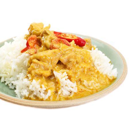 arroz blanco: Pollo al curry rojo y arroz blanco sobre fondo blanco Foto de archivo