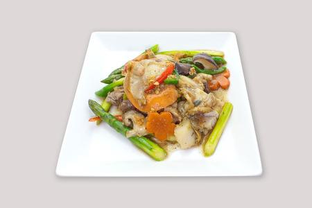 魚介類と新鮮な野菜とグレービー ソースの焼きそば