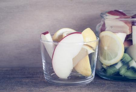 comida sana: Frutas y verduras en botella de vidrio de hecho la receta de agua de desintoxicación Foto de archivo