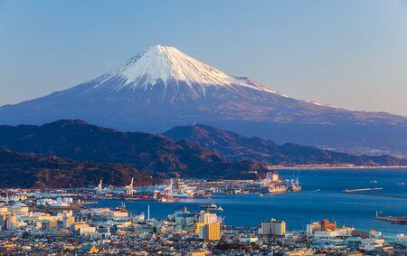 Berg Fuji en de zeehaven in Shizuoka Prefecture