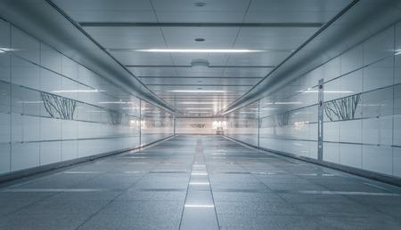 Perspective du passage souterrain vide la nuit