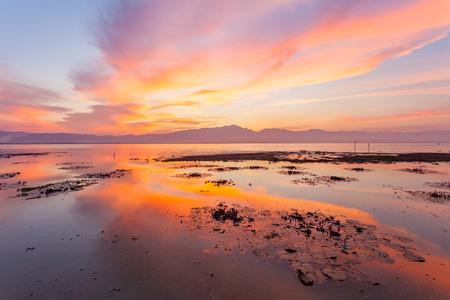 겨울철 호수보기 및 일몰 하늘 스톡 콘텐츠