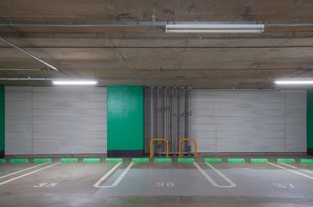 Interieur van lege ondergrondse parkeergarage parkeerplaats Stockfoto - 52004938