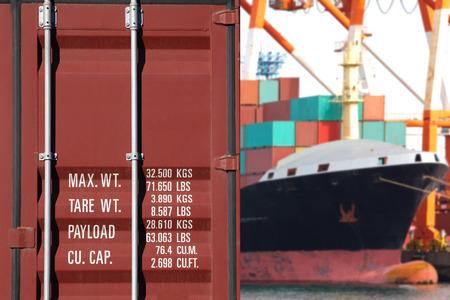 Container scheepvaart en Vrachtschip in de haven