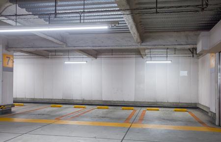 Der leere Raum Parkplatz Innen in der Nacht