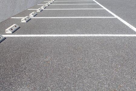 L'espace vide de parking en plein air beaucoup