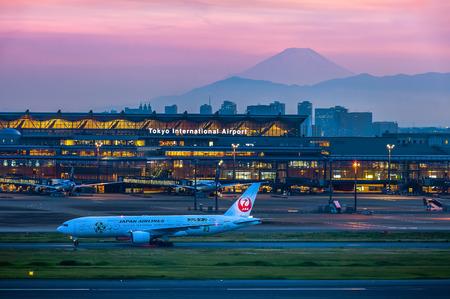 Berg Fuji in de avond gezien vanaf de internationale luchthaven van Tokio