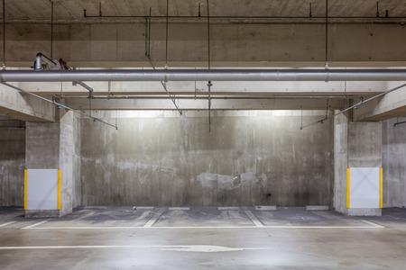 Parkeergarage ondergronds interieur met neonlichten, lege parkeerplaats, Parkeerplaats bij ondergronds bouwen