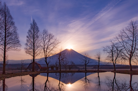 Fuji Daimond, zonsopgang boven Mt. Fuji in de winter Stockfoto - 63087052