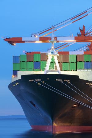 Navire cargo de marchandises avec conteneur empilé au terminal portuaire