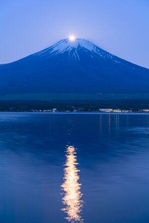 진주 후지, 보름달은 산의 정상과 겹친다. 봄 아침 야마나카 코 호수의 후지산