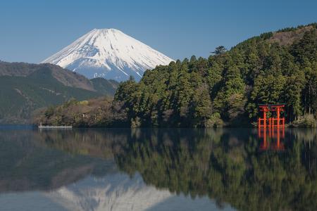 Beautiful Lake ashi and mt. Fuji in autumn season Stockfoto
