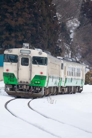 日本の山と福島県三島町で冬のシーズンに普通列車で雪