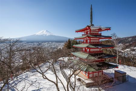 冬の季節に雪が降る中良塔と富士山。中里塔は、富士吉田市と富士山を見下ろす山腹の五重塔です。 報道画像