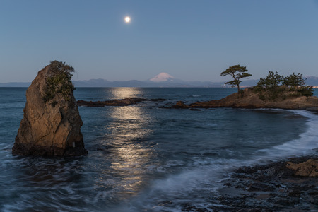 Moon Night seascape of Sagami Bay and Mt.Fuji seen from Tateishi park view point. Tateishi Park is located west side of Miura Peninsula. It is one of the 50 views of Kanagawa Imagens