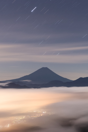 Monte Fuji con mar de nubes en verano, visto desde el monte Kushigata Foto de archivo