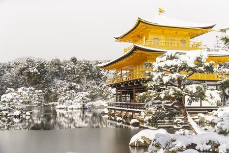 Templo Zen Kinkakuji (Pabellón Dorado) con nieve caída en invierno. Kinkakuji es uno de los principales templos de Kioto y reconocido por la UNESCO como Patrimonio Cultural de la Humanidad.