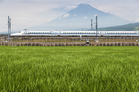 Shizuoka - July 03 : Shinkansen bullet train and Mountain Fuji on July 03 , 2017 , Shizuoka ,Japan. Shinkansen is world's busiest high-speed railway operated by four Japan Railways companies. Imagens