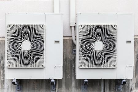 Instalación de compresor de aire en la pared del edificio