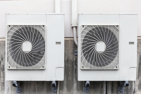 Installation du compresseur d'air sur le mur du bâtiment