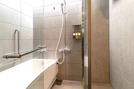 The bathrooms in modern condominiums have both bathtub and shower Standard-Bild
