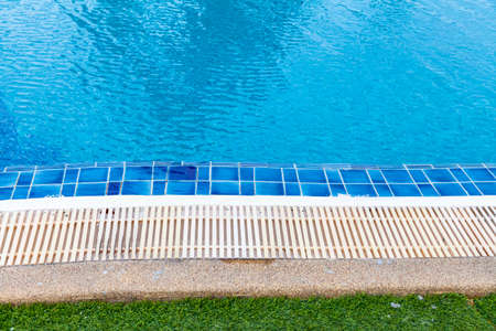 Wide swimming pool and green artificial turf inside the villa Standard-Bild