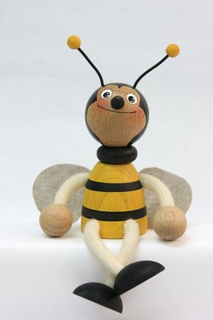 fotografía de muñeca de madera en forma de abeja