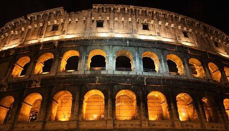la imagen del Coliseo romano en la noche Foto de archivo