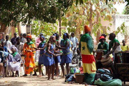 Casamance, Senegal - febrero 18,2007: celebración en las calles con ocasión de las elecciones presidenciales. Editorial