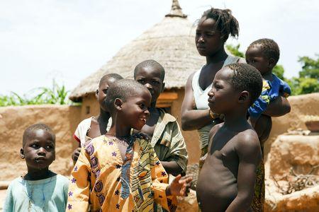 País Bissa, Burkina Faso - agosto 9,2009: los niños de los niños de Bissa Bissa étnicos son responsables de cuidar de los animales y la cosecha encontrar tiempo para jugar y divertirse. Editorial