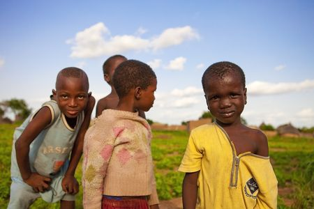 arme kinder: Land Bissa Burkina Faso - August 9,2009: Kinder der ethnischen Bissa, Bissa Kinder sind verantwortlich f�r die Pflege f�r die Tiere und die Ernte, die Zeit gefunden, um zu spielen und Spa� haben. Editorial
