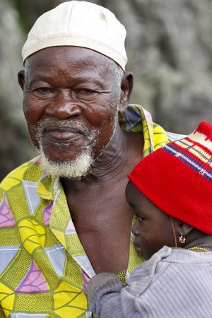 Gaoua, Burkina faso - agosto 12,2009: Elder Lobi con el bebé, los ancianos tienen un importante papel en la toma de decisiones de las normas de la Comunidad.