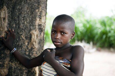 Gaoua, Burkina Faso - agosto 12,2009: Girl posando Lobi étnicas, las mujeres son responsables de las tareas de la aldea mientras que los campos de trabajo de los hombres.