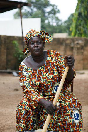 Gaoua, Burkina Faso - agosto 12,2009: mujeres de la Asociación de la mujer en Gaoua, realizar una labor excelente en la alfabetización, la divulgación de los riesgos de la mutilación genital femenina.