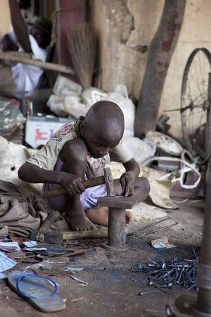 hambriento: Mopti, Mal� - agosto 16,2009: Ni�o Africano de trabajo duro, obligando a muchos ni�os y ni�as necesitan trabajar desde la infancia en Mopti.
