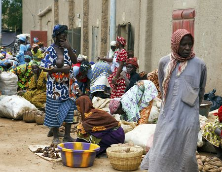 borstvoeding: Djenne, Mali - augustus 17,2009: vrouwen in de markt van Djenne, maandag markeert een van de grootste markten in Mali in de buurt van de grote moskee.