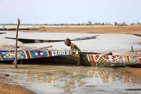 Djenné, Malí - agosto 18,2009: niños jugando en Pinaza, cargado de la orilla del río Níger también es utilizado por los niños para jugar a pinnaces.
