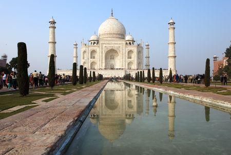Agra, India - diciembre 28,2009: miles de turistas visitan diariamente el mausoleo Taj Mahal, el más grande de la nación.