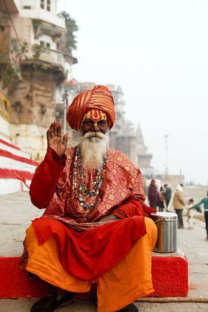 terrena: Varanasi, India - gennaio 1,2010: sadhu nel fiume Gange, una sadhu rinuncia a tutti i legami che uniscono con il terrena e materiale e per i veri valori della vita.