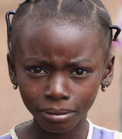 País Senoufo, Burkina Faso - agosto 13,2009: las Senoufo, las niñas étnicas mirar Senoufo recogido y elaborar peinados con trenzas.